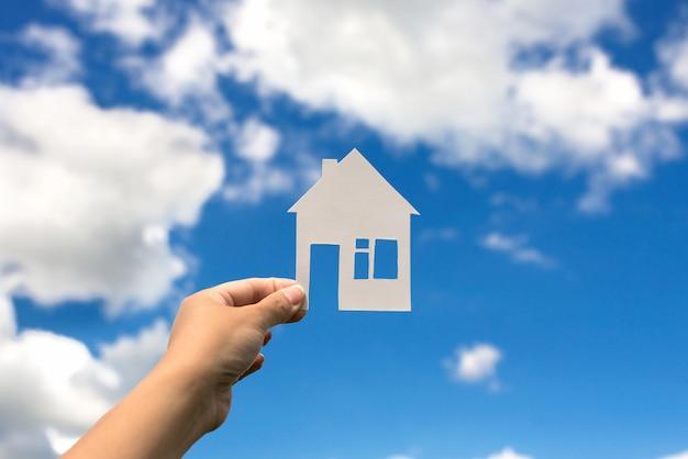 Дом на фоне неба