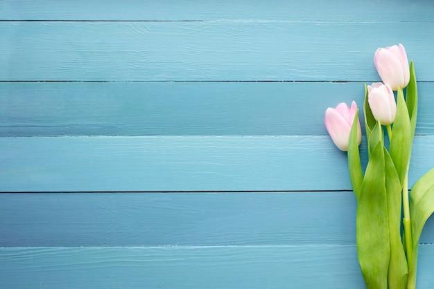 ボード上の春の花
