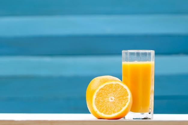 グラスとフルーツのオレンジジュース