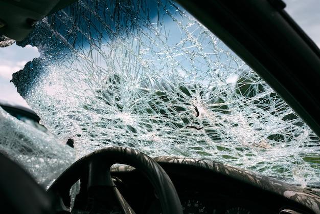 壊れた、損傷した車