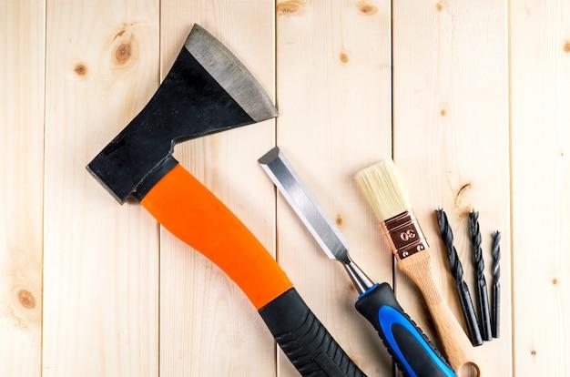 木製の机の上の中古建具や大工道具