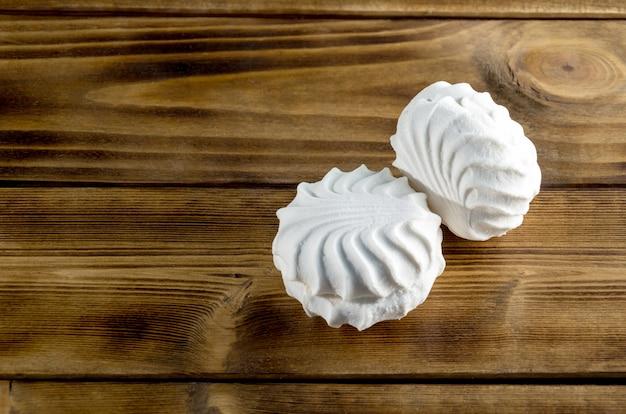Зефир - белый зефир на темном деревянном столе