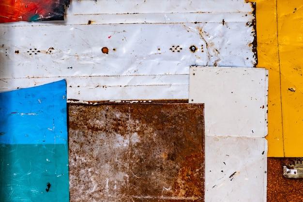 古いさびた金属製の背景テクスチャ。カラフルな古いペンキの表面のグランジテクスチャ