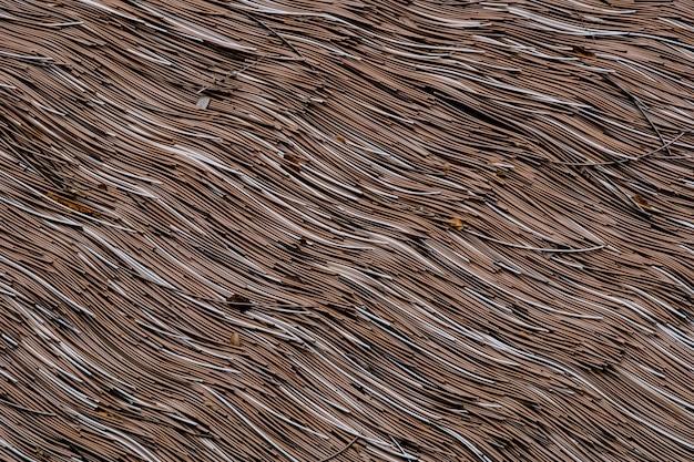 屋根は茶色の芝生でできています。