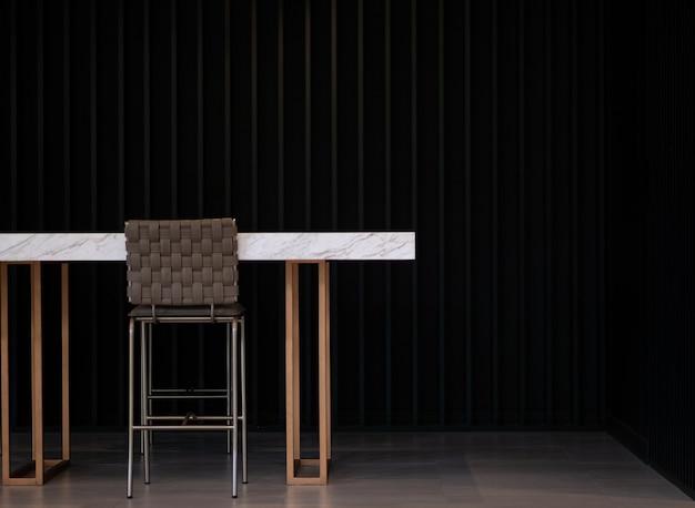 Барная стойка сторона черной стены и высокие стулья для отдыха