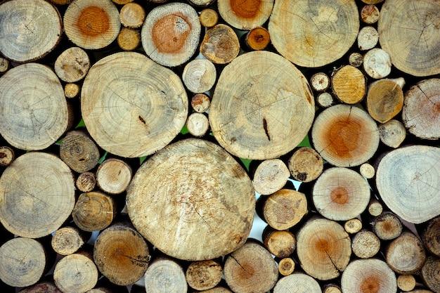 丸い木製の未塗装の固体自然生態学的な柔らかい色の茶色と黄色の切り株の背景