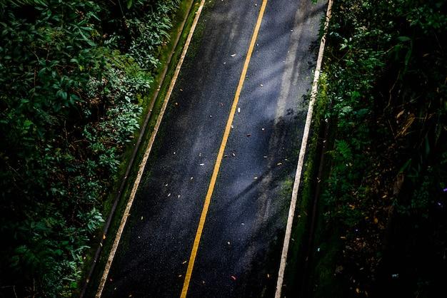 Черная асфальтовая дорога, вид сверху с прямыми линиями