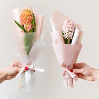 Руки женщины с маникюром, проведение весенних цветов.