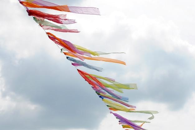 風になびく色のリボンのガーランド。