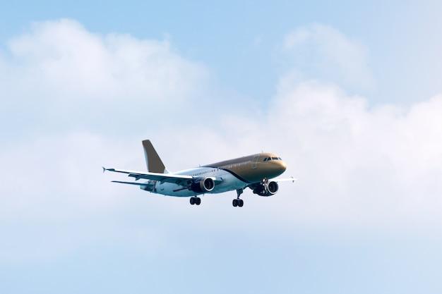 航空、旅行、航空輸送の概念。雲の中を飛んでいる旅客機の飛行機またはビジネスジェット。