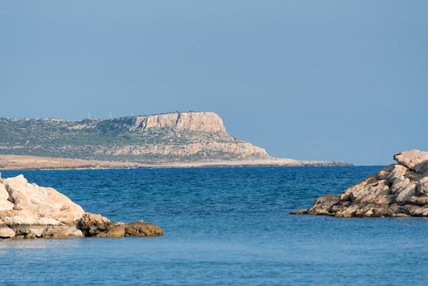 岬カポグレコ、プロタラス、キプロスの保護区の岩だらけの海岸の風景を見る