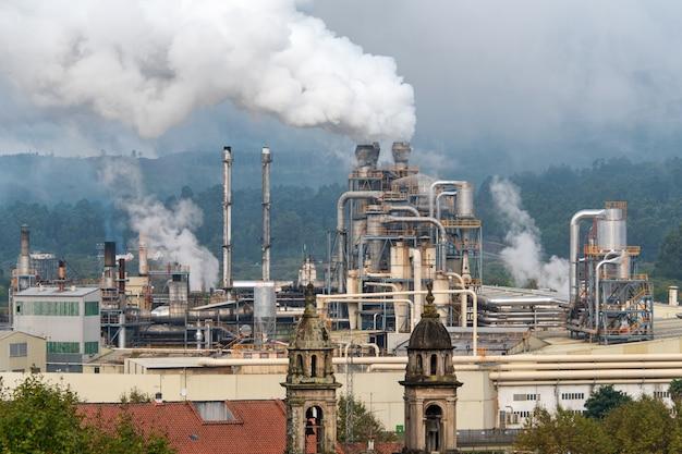 Химический завод с дымовой трубой. выброс дыма из заводских труб. экология и проблемы охраны окружающей среды, загрязнение воздуха