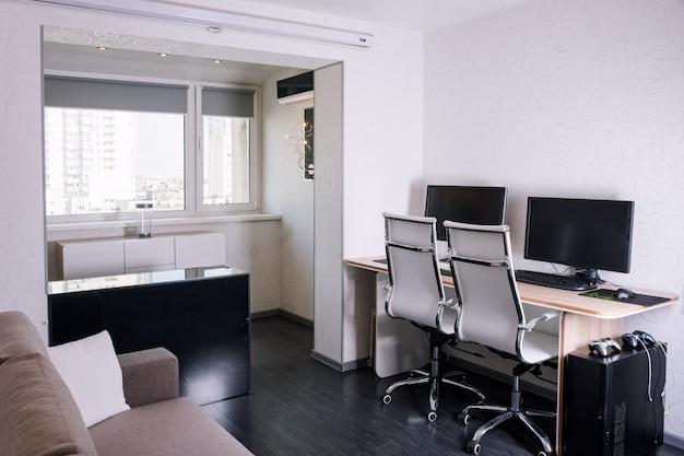 職場と近代的なアパートのインテリア