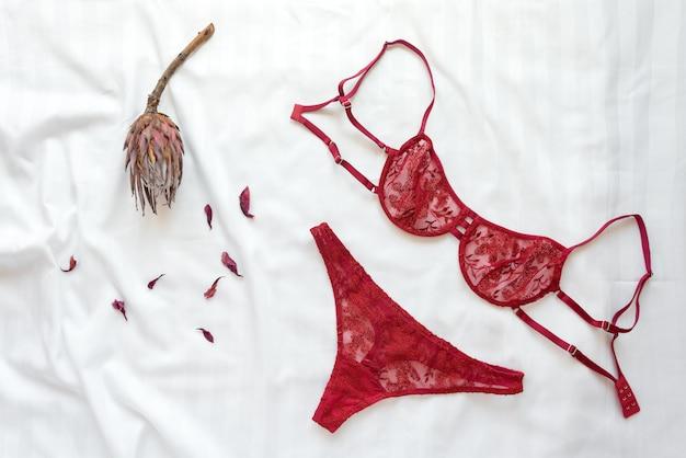 Комплект гламурного стильного сексуального кружевного белья с цветами