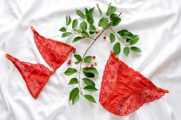 Комплект гламурного стильного сексуального кружевного белья с вишневой веткой