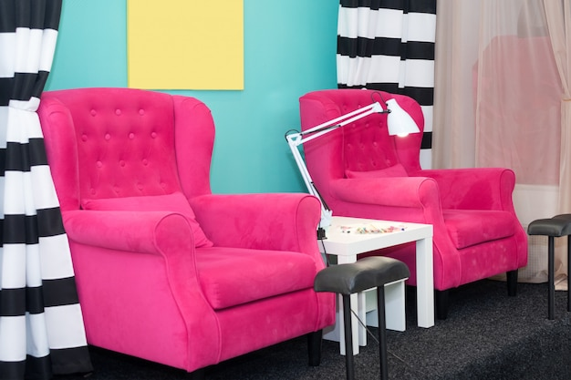 ペディキュアビューティーサロンの椅子。空のモダンなネイルサロンのインテリア。マニキュアの達人のための職場。
