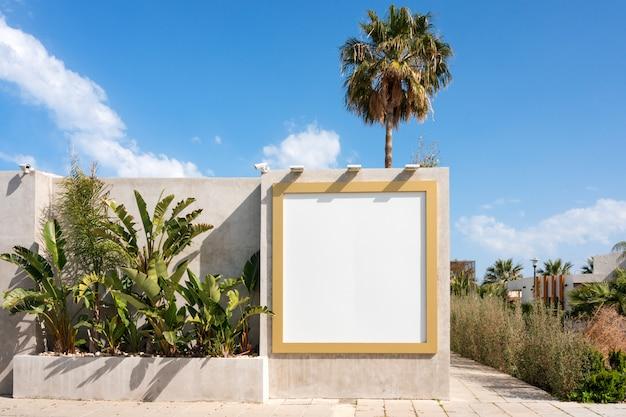 屋外のブランクの看板。空の広告スタンド、広報掲示板