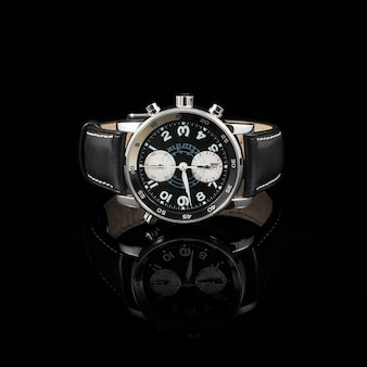 Швейцарские часы на черном фоне