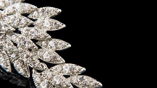 Детали из драгоценной броши с бриллиантами