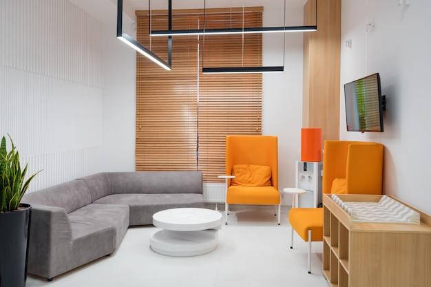 近代的な病院の待合室のインテリア