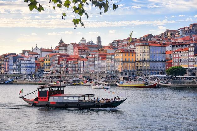 Порту, португалия старый город рибейра воздушной набережной вид с разноцветными домами, традиционные фасады, старые разноцветные дома с красной черепицей, реки дору и лодки. воздушное изображение городского пейзажа порту