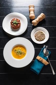 穀物パン上面とカボチャのスープ