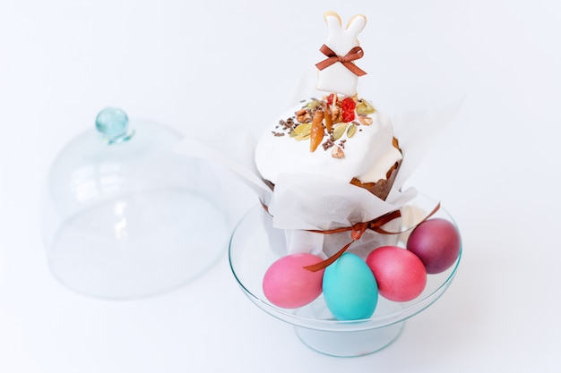 イースターケーキと塗装卵。正統派の甘いパンとイースター組成