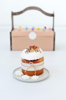 イースターケーキ。正統派の甘いパン、クリーチ、明るい背景に伝統的な食べ物