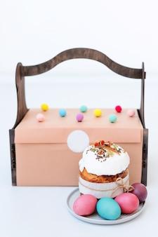 イースターケーキ、着色された卵。正統派の甘いパン、クリーチ、明るい背景に他の伝統的な食べ物