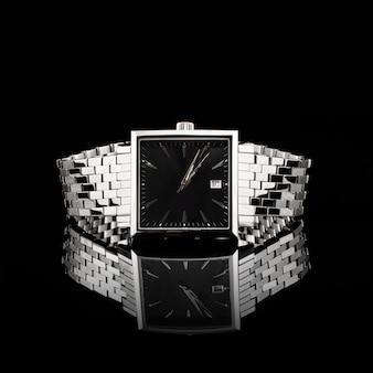 黒い背景にスイス時計