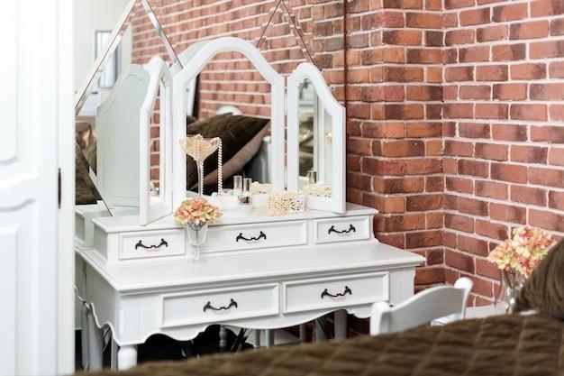 私室の化粧台。女性の寝室のインテリアの詳細。