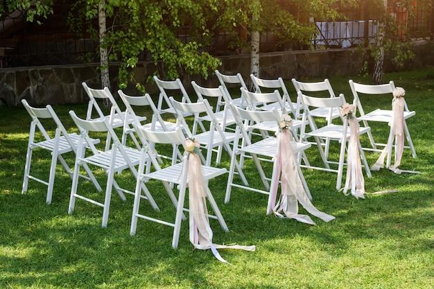 美しい結婚式のセットアップ。庭での結婚式。