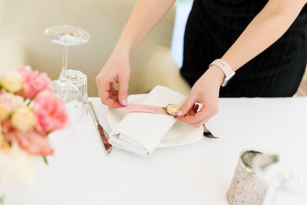屋外レストランで花の結婚式の装飾を準備する花屋。