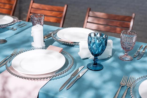 休日や結婚式のディナーのテーブルデコレーション。屋外レストランでの休日の結婚披露宴のテーブル。