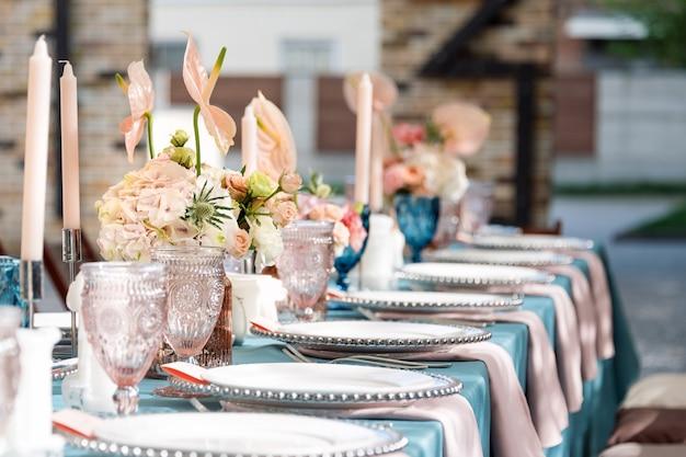 Цветочные настольные украшения для праздников и свадебного ужина. столовый набор для праздничного свадебного приема в ресторане под открытым небом.