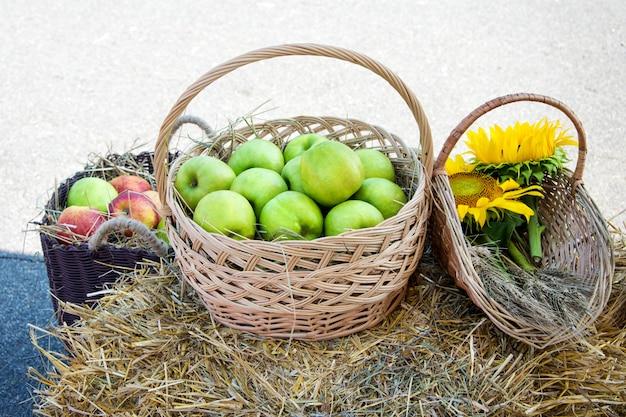 穀物、リンゴ、ひまわりの頭。干し草の山で収穫