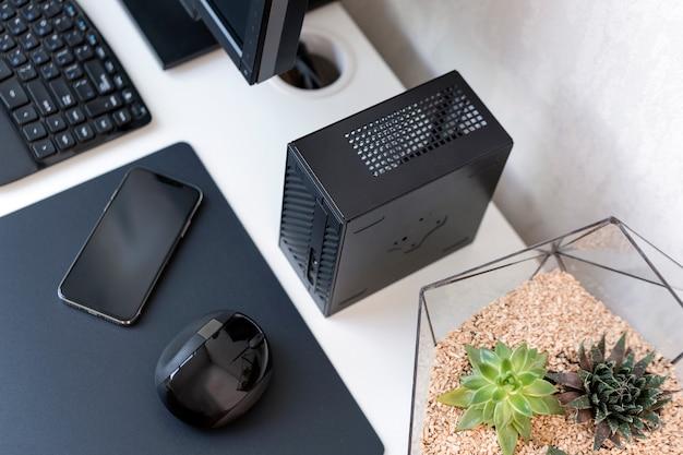 Интерьер современного офиса. рабочее место с клавиатурой, мышью, телефоном и суккулентами на белом столе.