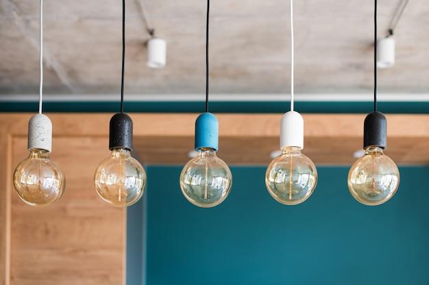 エジソンのレトロなランプ。灰色の壁に白熱電球