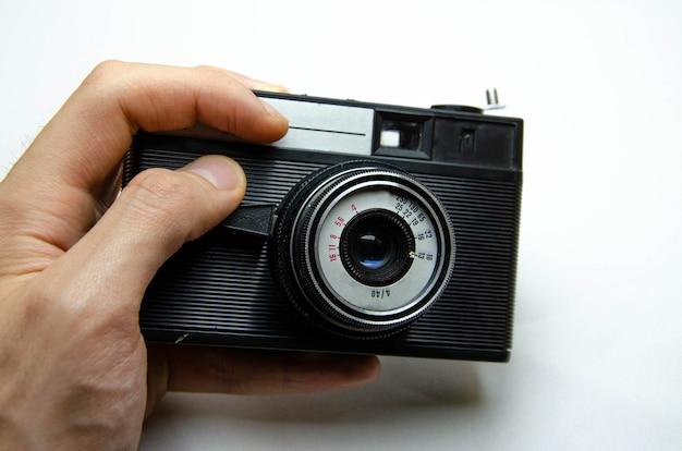 古いフィルムカメラ。希少カメラ。ミューズの手の中にあるカメラ。ソビエト写真機器。マクロ、レンズ、内部、詳細のカメラ