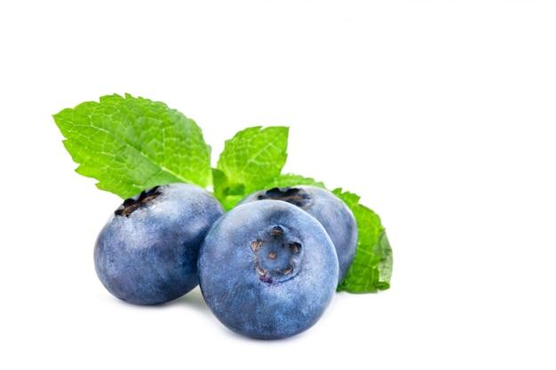 ブルーベリー。白で隔離される葉を持つ新鮮な果実