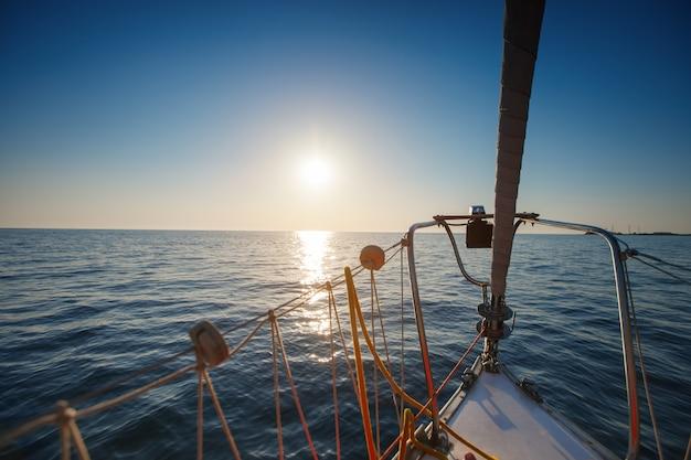 海でヨットします。美しい夕日。