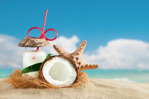 Морская композиция из кокоса и пальмовых листьев