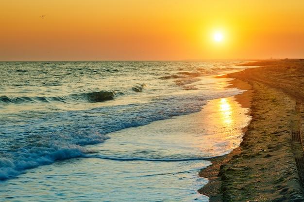 海の美しい夕日。