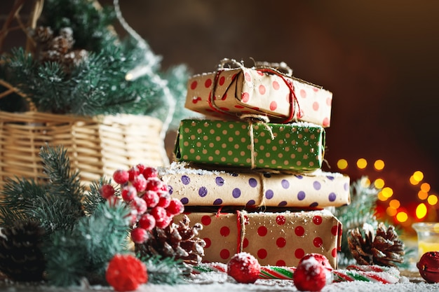 水平方向のクリスマスプレゼントで飾られた木製のテーブル