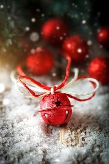 クリスマスのおもちゃと暗い背景の木の垂直にクリスマスツリー