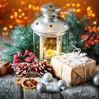 クリスマスプレゼントと暗い背景の木にクリスマスツリー