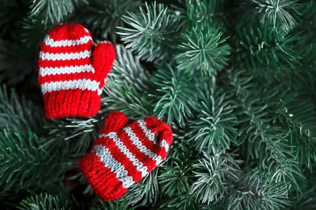 クリスマスツリーに小さな編みミトン
