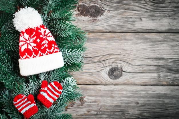 スプルースの枝と木製の背景にクリスマスのおもちゃ