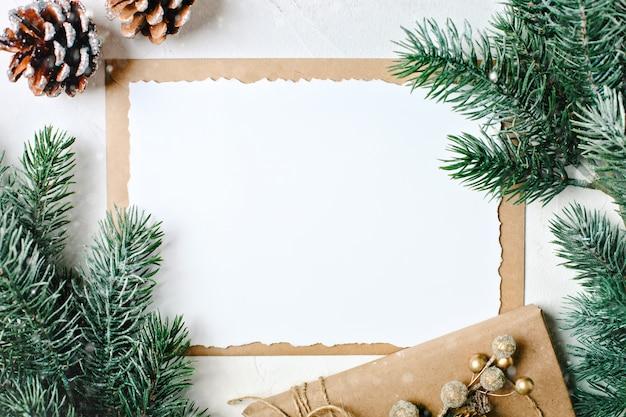 はがきと白い背景の水平方向のクリスマスツリーの枝