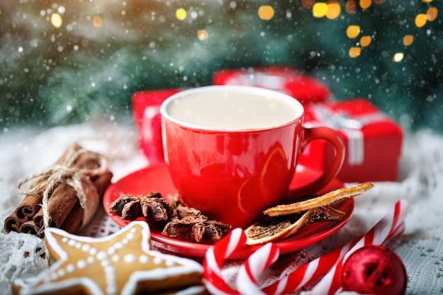 ココア、クッキー、ギフト、白い木製のテーブルにモミの木の枝のカップ